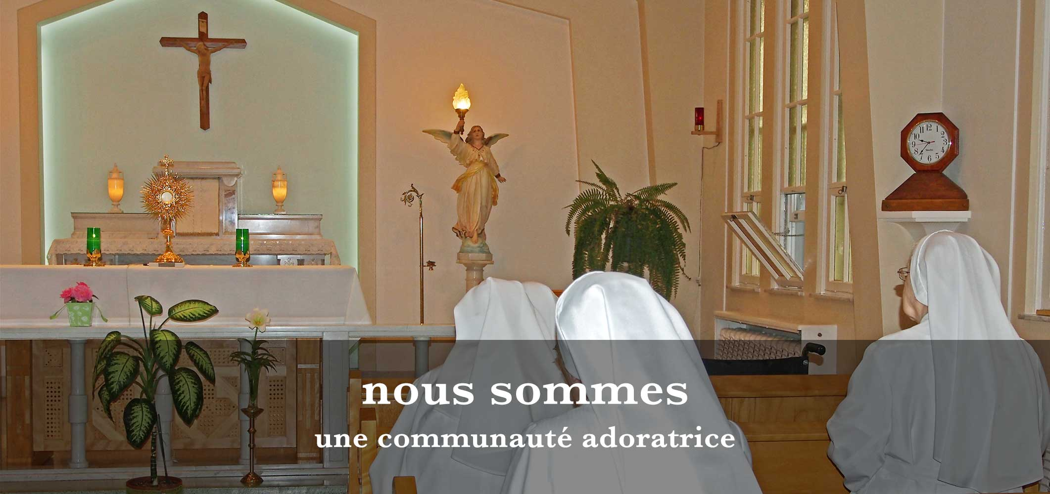Photo de soeurs Oblates en adoration devant le saint Sacrement