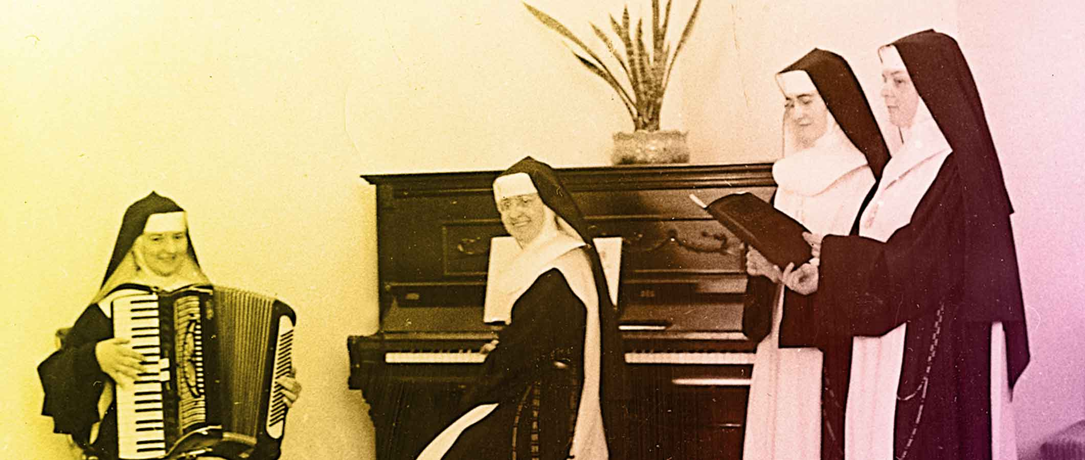 Photo d'archives : des religieuses Oblates de  Béthanie au piano, à l'accordéon et au chant
